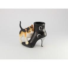 Котёнок с сапогом
